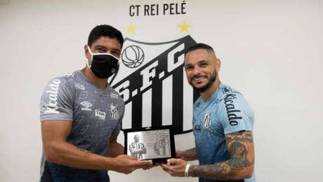 Pará, em evento recente no qual recebeu placa por completar 250 jogos pelo Santos, tem sido nota negativa no time da Vila Belmiro