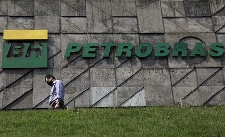 Pedestre passa em frente à sede da Petrobras no Rio de Janeiro REUTERS/Ricardo Moraes