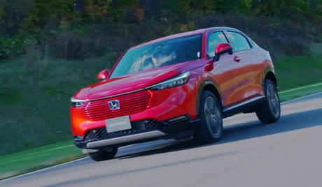 Na cor vermelha, a ousadia estética do novo Honda HR-V fica mais saliente, com faróis bem finos e a grade na cor da carroceria.