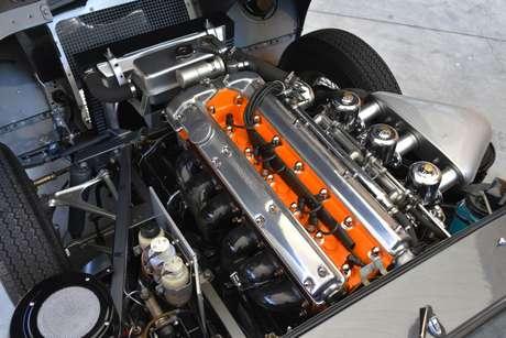 Equipado com o motor 3.8 de seis cilindros em linha, o modelo de 1961 traz o acabamento do cabeçote na cor Pumpkin Orange.