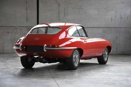 Outro cupê: a terceira unidade mostrada pela empresa foi produzida em 1965 e conta com a carroceria pintada em Carmen Red.