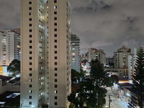 Foto com câmera traseira do Galaxy S21 em 1x e modo noturno