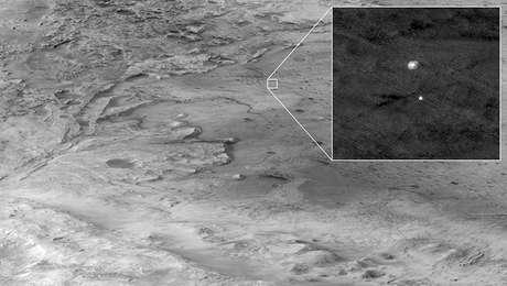 Na imagem ampliada, a Perseverance pode ser vista descendo para a cratera Jazero com a ajuda de um paraquedas.