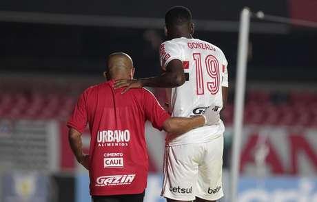 Gonzalo Carneiro deixou o campo com dores nas costas (Foto: Rubens Chiri/ saopaulofc.net)