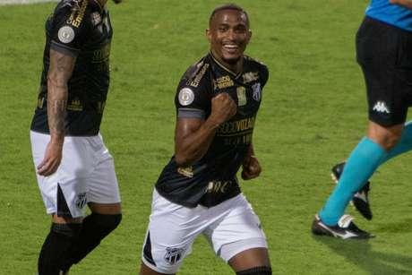Saulo jogador do Ceará comemora seu gol durante partida contra o Coritiba no estádio Couto Pereira pelo campeonato Brasileiro A 2020.