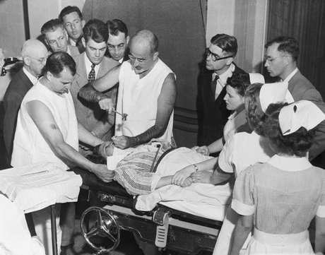 Walter Freeman demonstrando sua técnica de lobotomia transorbital em 1949