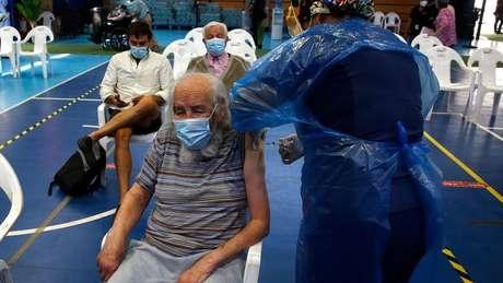 No Chile, centros educacionais e esportivos foram transformados em postos de vacinação