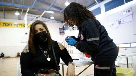 Autoridades começaram a diminuir as restrições depois que a vacina da Pfizer foi considerada 95,8% eficaz
