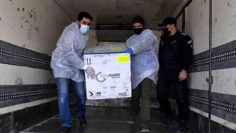 Israel começou a enviar vacinas para a Faixa de Gaza. Estima-se que 5 milhões de palestinos aguardem a vacina
