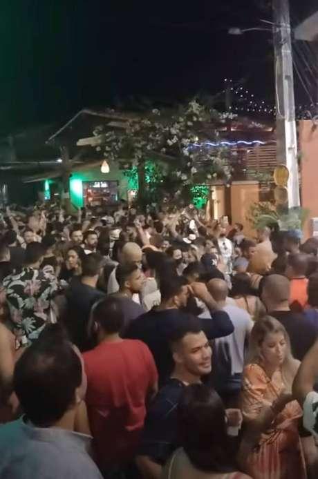 Pessoas circulam pelas ruas da Praia da Pipa sem máscaras durante o carnaval