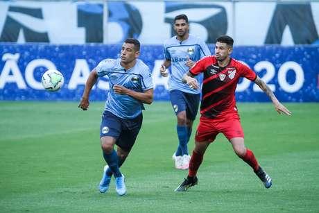 O jogador Diego Souza durante partida entre Grêmio e Athletico , válido pelo Campeonato Brasileiro Série A, realizado na cidade de Porto Alegre, RS, neste domingo, 21.