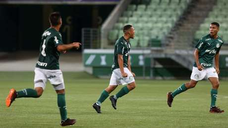Contra o Fluminense, Ramon Cesar, ao centro, marcou duas vezes, sendo uma de falta (Foto: Fabio Menotti/Palmeiras)