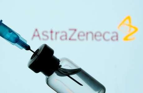 Frasco e seringa em frente ao logo da AstraZeneca em foto de ilustração 11/01/2021 REUTERS/Dado Ruvic