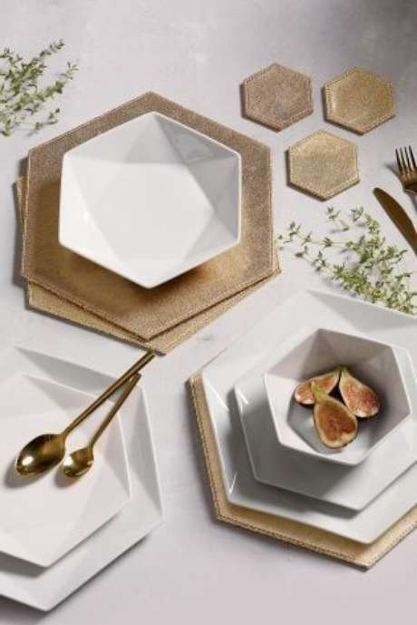 21. Que tal o prato branco de porcelana hexagonal – Via: Pinterest