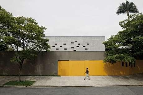 2. O portão amarelo se destaca nesse modelo de muro de alvenaria. Fonte: Pascali Semerdjian Arquitetos