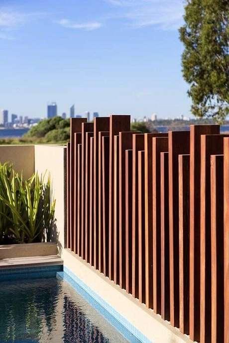 61. Modelo de muro moderno feito em madeira traz privacidade para a área da piscina. Fonte: Pinterest