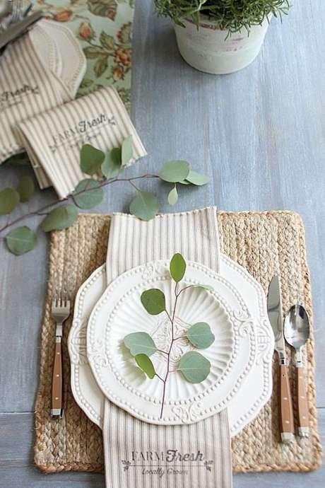 53. Pratos de porcelana brancos – Via: Refresh Style