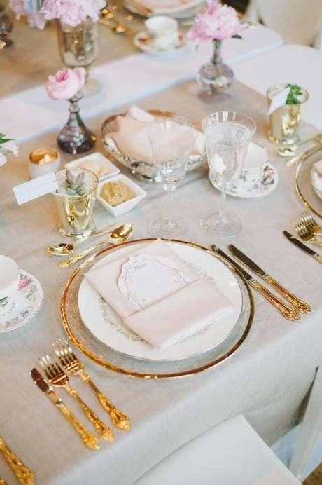 9. Decoração chique com pratos e enfeites dourados – Via: Style me pretty