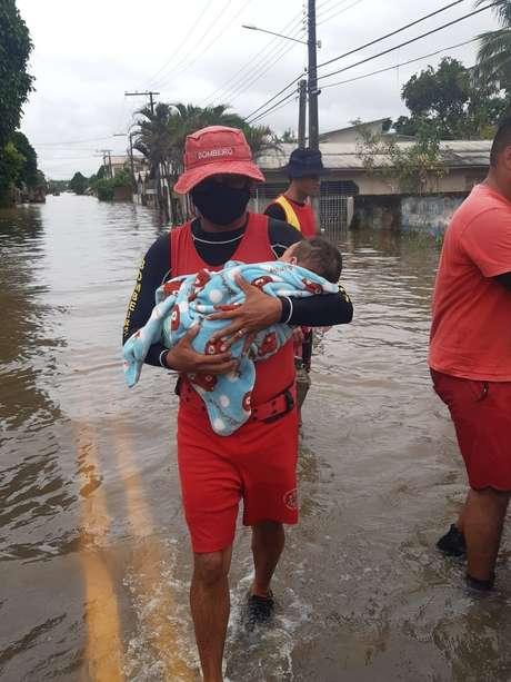 Aluno-cabo Leandro Simões resgatou bebê de quatro meses durante enchente no Acre, na semana passada