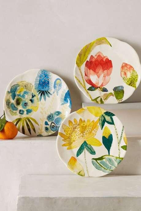 4. Pratos de porcelana coloridos – Via: Anthropologie