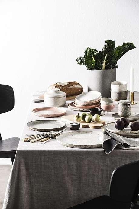 45. Mesa de jantar com pratos de porcelana brancos – Via: Valentina Fussel