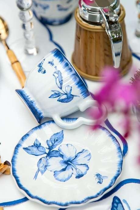 20. Jogo de pratos com xícaras em azul e branco – Via: Vamos Receber