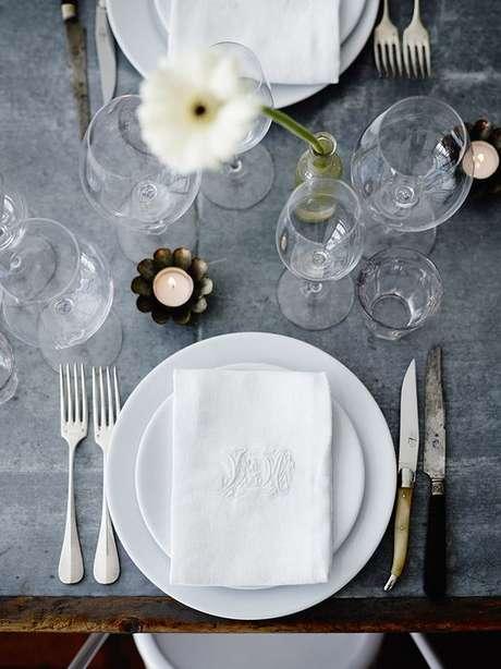 50. Jogo de pratos de porcelana branco – Via: Camille Styles