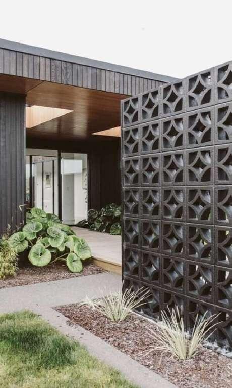 56. Modelo de muro feito de cobogó na cor preta é similar a fachada de casa. Fonte: Pinterest