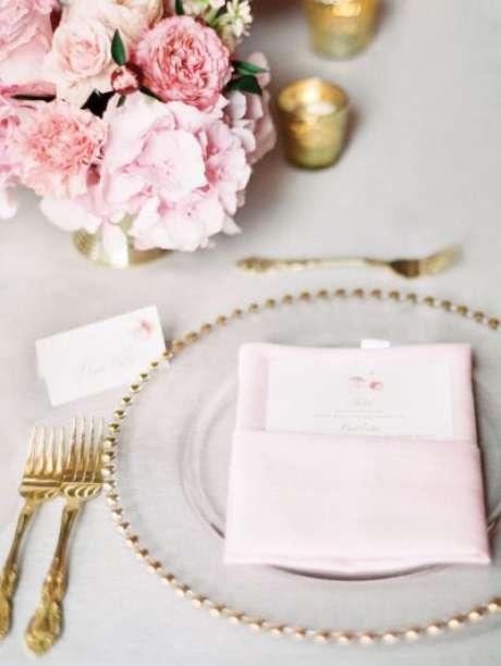 35. Decoração com pratos dourados – Via: Style me Pretty