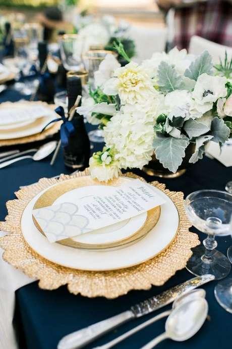 24. Pratos de porcelana para jantar romântico – Via: Style me Pretty