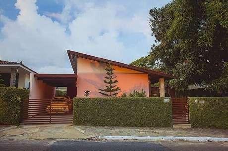 28. Modelo de muro coberto com vegetação traz charme para a fachada de casa. Fonte: Pinterest