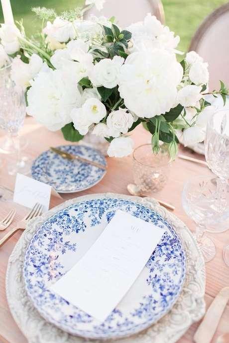 52. Pratos de porcelana branco e azul – Via: Calvin Elizabeth
