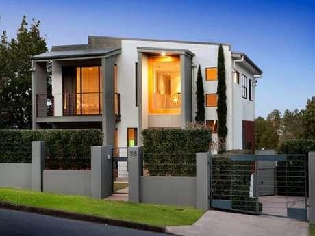 82. Projeto de casa com muro de alvenaria e ferro. Fonte: Pinterest