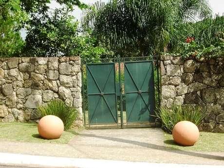16. Fachada com muro de pedra e portão verde. Fonte: Luciana Wehba