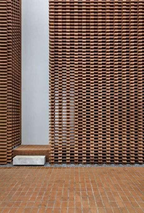 70. Modelos de muros em madeira criam um visual vazado na entrada do imóvel. Fonte: Pinterest