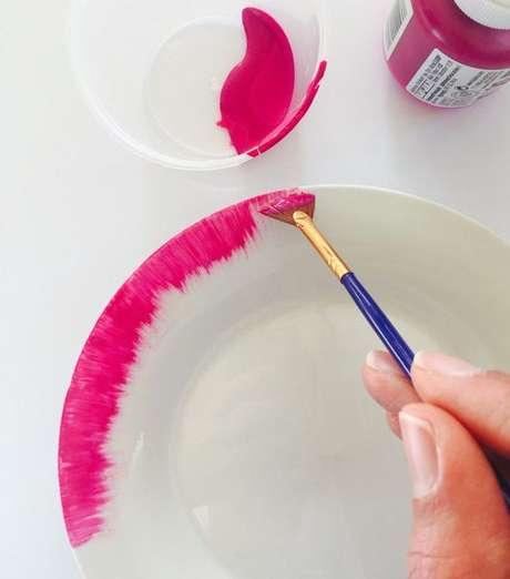 8. Personalize seu prato com tintas coloridas – Via: Casare