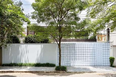 27. Modelo de muro para fachada de casa clean e charmosa. Fonte: Pascali Semerdjian Arquitetos