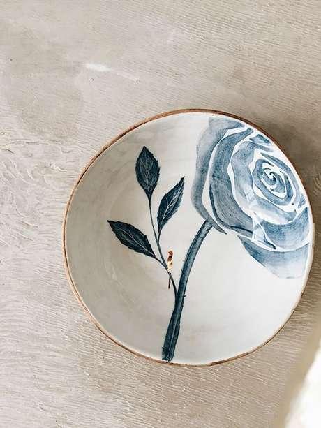 26. Pratos de porcelana pintados de azul – Via: Corceramica