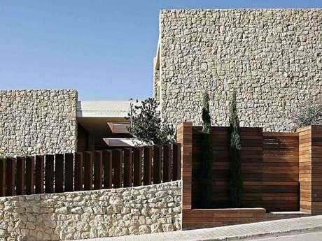 26. Modelo de frente de muro super charmosa mescla madeira e pedra. Fonte: Spainhouses
