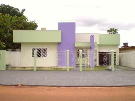 3. Fachada de casa colorida com modelo de muro com grade. Fonte: Daiana Assmann
