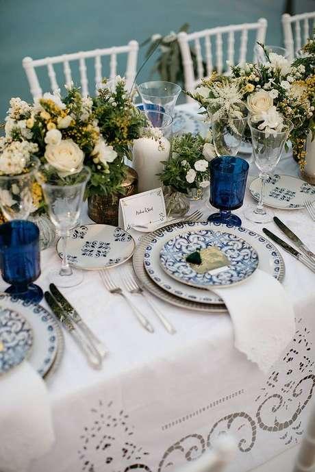44. Mesa de jantar com prato de porcelana – Via: Festival Brides