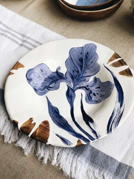 16. Pratos de porcelana cm flores azuis – Via: Behance