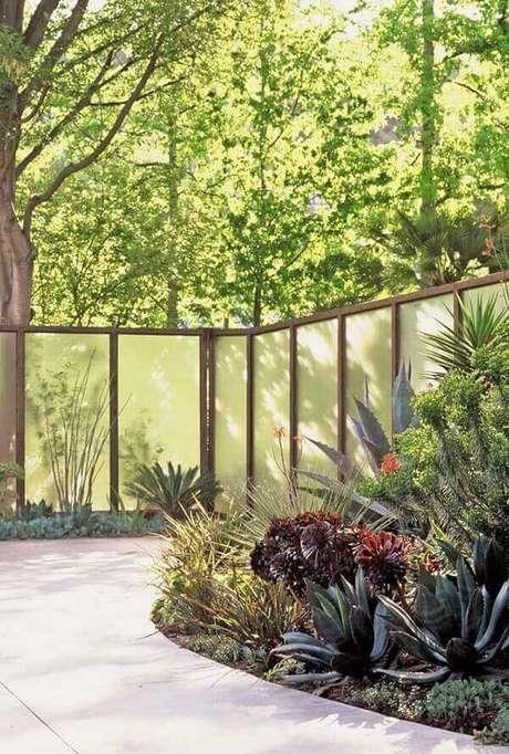 42. Modelo de muro com vidro jateado traz segurança e privacidade. Fonte: Pinterest