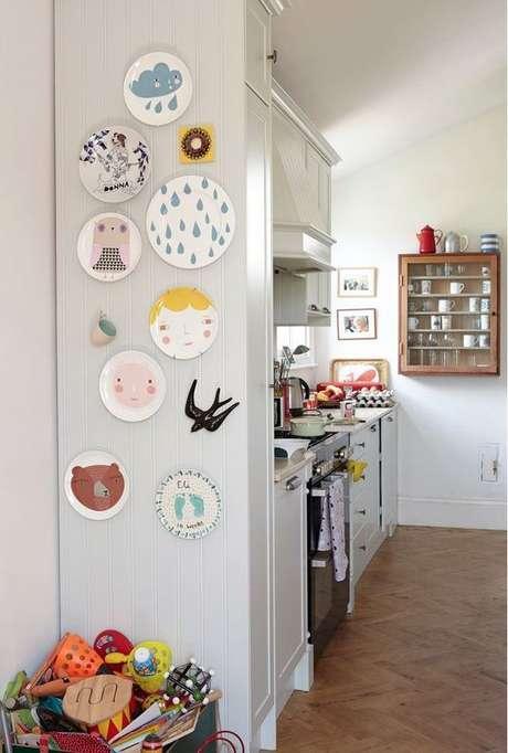 37. Deixe a cozinha mais alegre com os pratos de porcelana – Via: Fashionismo