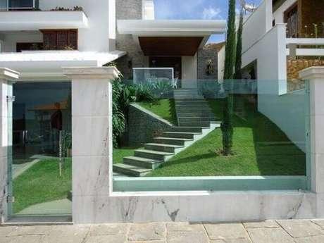 76. O modelo de muro com vidro permite a visão interna do imóvel. Fonte: Pinterest