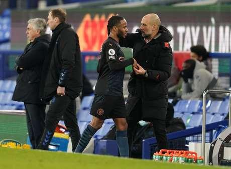 Pep Guardiola cumprimenta Raheem Sterling após substituí-lo durante partida entre Manchester City e Everton pelo Campeonato Inglês 17/02/2021 Pool via REUTERS/Jon Super