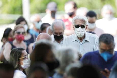 Brasileiros fazem fila para tomar vacina contra Covid-19 em Brasília  2/2/2021   REUTERS/Ueslei Marcelino
