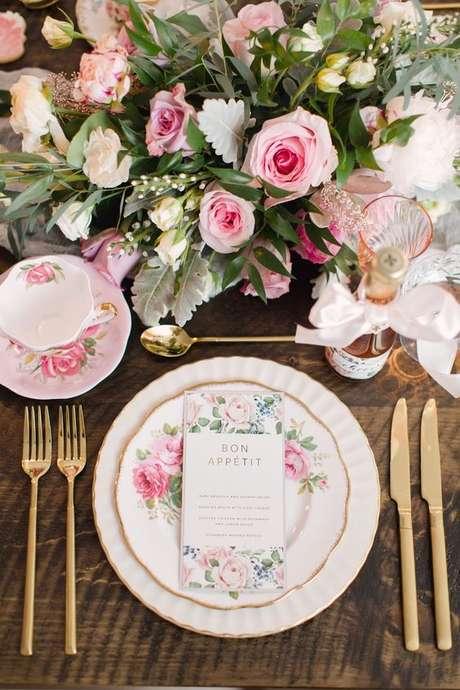 40. Mesa de jantar com flores combinando com os pratos – Via: Martha Stewart Weddings