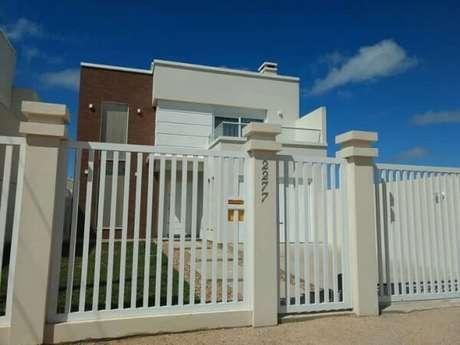 15. Fachada clean com modelo de muro com grade branca. Fonte: Juliana Martins Coruja