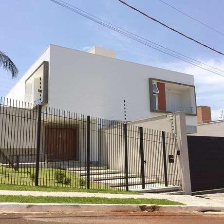 35. Modelo de muro com grade é uma solução simples e charmosa para a fachada do imóvel. Fonte: Grupo PR Arquitetura